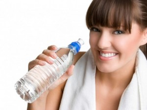 chica-agua-botella-580x435